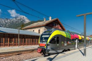 Toblach, Südtirol, Provinz Bozen, Italien. Ein Flirt-Zug der Pustertalbahn im  Bahnhof Toblach