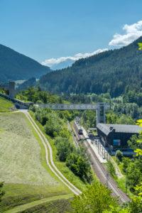 Percha, Südtirol, Provinz Bozen, Italien. Ein Flirt-Zug der Pustertalbahn im  Bahnhof Percha