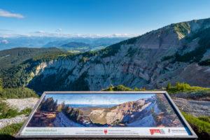 Aldein, Provinz Bozen, Südtirol, Italien. Geoparc Bletterbach. Eine Panoramatafel oberhalb der Gorz, dem Talende der Bletterbachschlucht