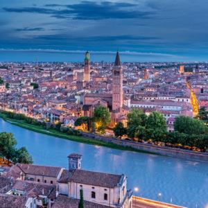 Verona, Provinz Verona, Venetien, Italien. Abendlicher Blick vom Castel San Pietro hinunter zum Fluss Adige und zur Stadt Verona