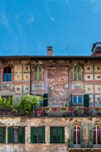 Verona, Provinz Verona, Venetien, Italien. Die wunderschönen Fresken von Alberto Cavalli auf den Mazzanti-Häusern
