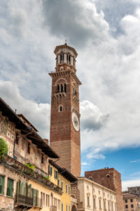 Verona, Provinz Verona, Venetien, Italien. Der Torre dei Lamberti an der Piazza delle Erbe in Verona