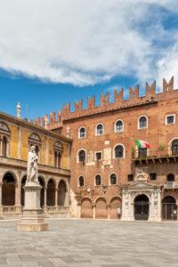 Verona, Provinz Verona, Venetien, Italien. Die Statue von Dante auf der Piazza dei Signori in Verona