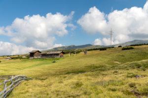 Villanders, Provinz Bozen, Südtirol, Italien. Almhütten auf der Villanderer Alm