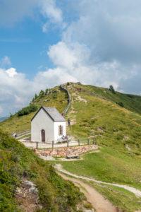 Villanders, Provinz Bozen, Südtirol, Italien. Das Totenkirchl auf der Villanderer Alm