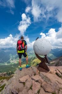 Villanders, Provinz Bozen, Südtirol, Italien. Der Steinglobus am Gipfel des Villanderer Berg