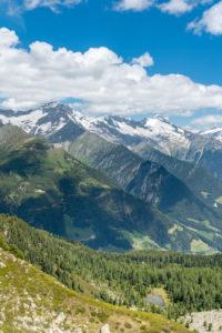 Sand in Taufers, Provinz Bozen, Südtirol, Italien. Blick vom Kleinen Nock im Wandergebiet Speikboden zu den Zillertaler Alpen mit Schwarzenstein und Grosser Löffler.