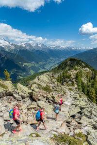 Sand in Taufers, Provinz Bozen, Südtirol, Italien. Wanderer auf dem Panoramaweg im Wandergebiet Speikboden, im Hintergrund das Ahrntal mit den Zillertaler Alpen