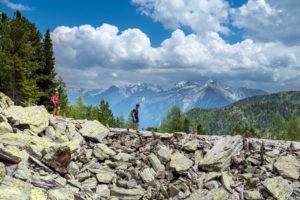 Sand in Taufers, Provinz Bozen, Südtirol, Italien. Wanderer auf dem Panoramaweg im Wandergebiet Speikboden. Im Hintergrund die Gipfel der Durreckgruppe