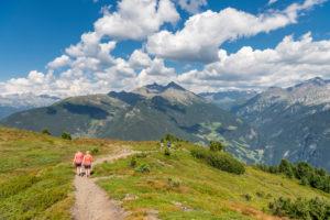 Sand in Taufers, Provinz Bozen, Südtirol, Italien. Wanderer auf dem Panoramaweg im Wandergebiet Speikboden. Im Hintergrund links ddie Durreckgruppe und rechts die Rieserfernegruppe