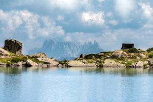 Villanders, Provinz Bozen, Südtirol, Italien. Der Totensee und im Hintergund die Geislerspitzen