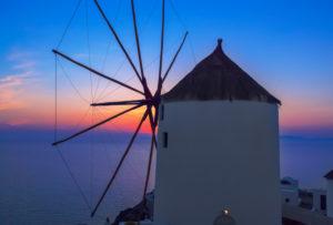 Windmühle bei Sonnenuntergang, Oia, Santorini, Cycladen-Inseln, Griechenland