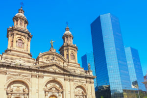 Stadtkathedrale und im Stadtzentrum gelegenes modernes Gebäude, Santiago de Chile, Chile, Südamerika