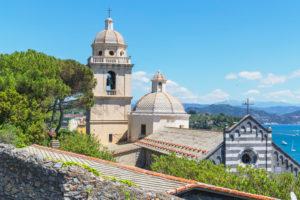 Ansicht der Kirche von San Lorenzo und des Golfs der Dichter, Portovenere, Bezirk La Spezia, Ligurien, Italien