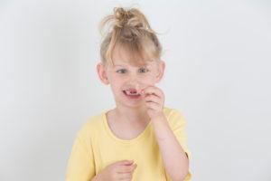 Mädchen mit ausgefallenem Zahn, Portrait