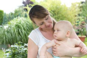Mutter und Baby im Garten, Portrait