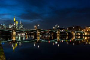 Ignatz-Bubis-Brücke in Frankfurt vor der Skyline