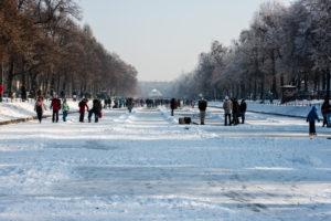 Schlittschuhläufer auf dem zugefrorenen Nymphenburger Kanal in München