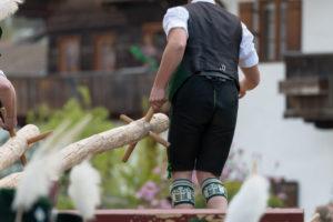 Maibaum aufstellen, Mann in Tracht, Bayern, Deutschland
