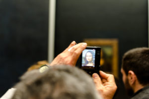 Paris, Louvre, Frau fotografiert die Mona Lisa mit ihrem Handy