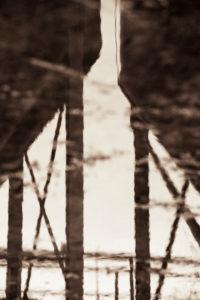 Spiegelung zweier alter Silos, Vintage, monochrom,