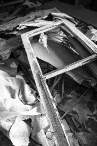 Ausschnitt eines Schutthaufens in einem verlassenen Gebäude,