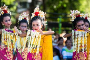 Denpasar, children with the traditional dance on the Taman Puputan square