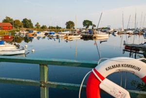 Sport- und Fischerboote im Yachthafen in Kalmar, Geländer im Vordergrund