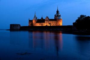 Außenaufnahme vom Schloss in Kalmar mit Beleuchtung zur blauen Stunde
