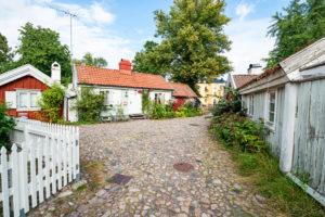 Kleine bunte Häuser und verwinkelte Straßenzüge in der Altstadt von Kalmar.