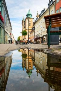 Der Dom zu Kalmar spiegelt sich in einer Pfütze.