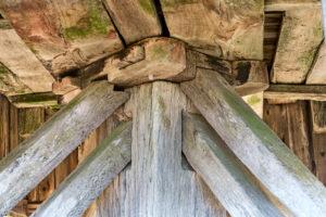 Traditionelle Holzverbindungen der Unterkonstruktion einer Bockwindmühle