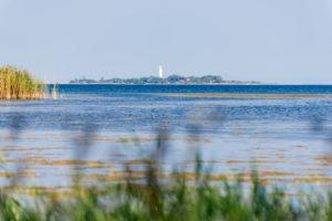 Leuchtturm in der Bucht von Grankullaviken auf Öland, Vordergrund unscharf