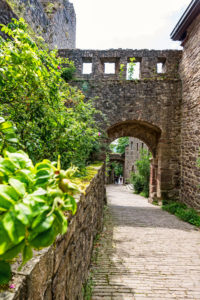 Der Wanderweg führt durch die alte Schlossruine.