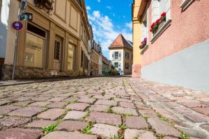 Kopfsteinpflaster und historische Gebäude in der Altstadt von Baden-Baden