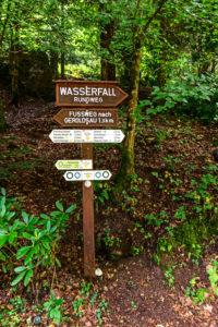 Holzwegweiser zum Geroldsauer Wasserfall