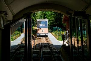 Einfahrt der Merkurbergbahn in den Bahnhof der Talstation