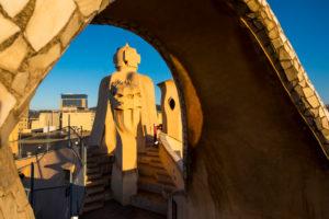 Dach der Casa Mila (auch La Pedrera) des katalanischen Architekten Antoni Gaudi an der berühmten Avinguda de Gracia-Straße im Stadtteil Eixample in der Stadt Barcelona in Katalonien Spanien