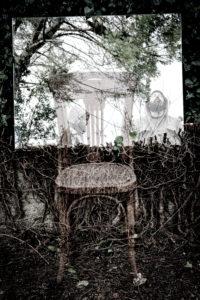 Poetisches Bild der Reflexionen in einem Garten und im Wald mit einem Holzstuhl in der Atmosphäre eines Traumes