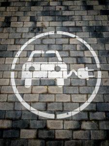 Verkehrsschild, das angibt, dass Elektroautos auf der Diagonal Avenue in der Stadt Barcelona in Katalonien und Spanien aufgeladen werden können