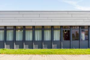 Fassade eines Gebäudes, Fenster, Rasen, Profil