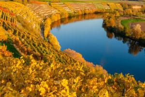 Deutschland, Baden-Württemberg, Neckarschleife bei Kirchheim am Neckar im Herbst