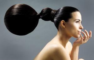 Frau, Oberkörper frei, Haare, zusammengebunden, Profil,   Menschen, nackt, sinnlich, sitzen, Frisur, Make-up, Haarkunst, Ballon, dunkelhaarig,