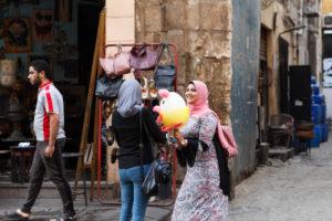 Kairo, Giseh, Ägypten, al-Muizz-Straße, Al Moez Ldin Allah Al Fatmi, Menschen, Einheimische, Shoppen