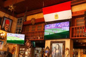 Kairo, Giseh, Ägypten, al-Muizz-Straße ( Al Moez Ldin Allah Al Fatmi), Cafe, innen, Fernseher, Flagge