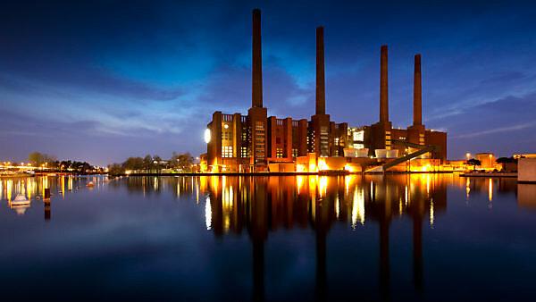 Autostadt, Kraftwerk, Schornsteine, Abend, Architektur, Wolfsburg, Niedersachsen, Deutschland, Europa