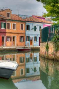 Bunt gestrichene Häuser am Kanal, Burano, Venedig, Venetien, Italien, Europa