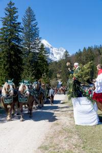 Georgiritt, Reiter, Messe, Segnung, Pfarrer, Weihwasser, Mittenwald, Bayern, Oberbayern, Deutschland,
