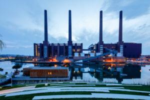 VW Werk, Autostadt, Architektur, Schornsteine, Abend, Wolfsburg, Niedersachsen, Deutschland, Europa