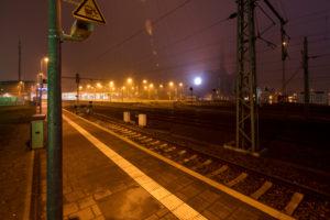 Bahnhof, Schienen, VW Werk, Ortsbild,  Abend, Architektur, Wolfsburg, Niedersachsen, Deutschland, Europa